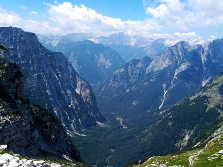 Cestou z Triglavu se otvírá famózní pohled do údolí Zadnjica