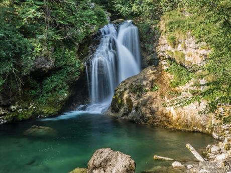 13 m vysoký vodopád Šum ve vintgarské soutěsce