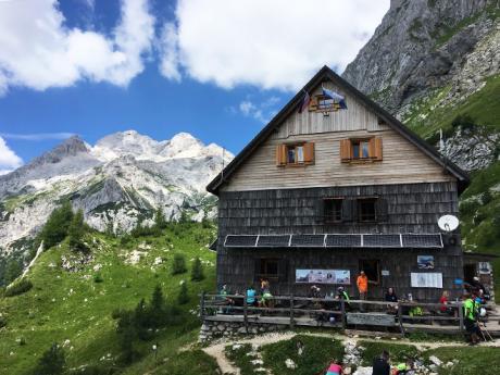 Jednou ze zastávek při výstupu na Triglav je horská bouda Vodnikov dom