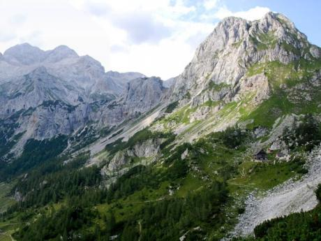 V dálce horská chata Vodnikov dom amasiv Triglavu