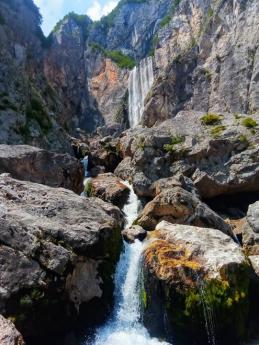 Působivý vodopád Boka nedaleko městečka Bovec