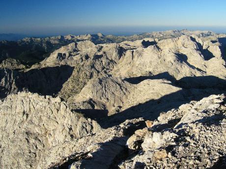 Pohled z Triglavu na zvlněnou vápencovou krajinu