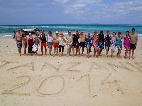 Závěrečné společné foto na pláži Zanzibaru