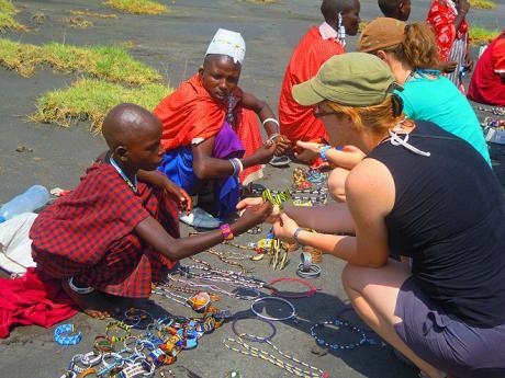 Nákupy u Masajů u jezera Natron