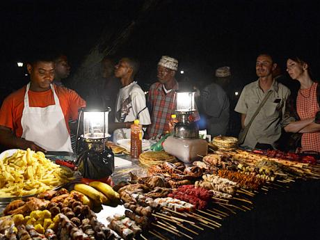Na večerním tržišti Forodhani lze ochutnat místní grilované speciality