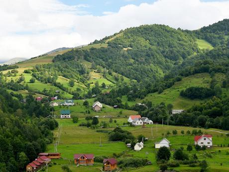 Vesnice Koločava z údolí stoupá i do okolních strání
