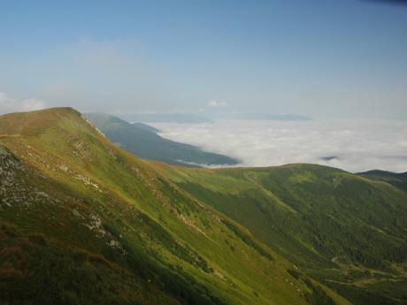 Mlha v údolí pod poloninou