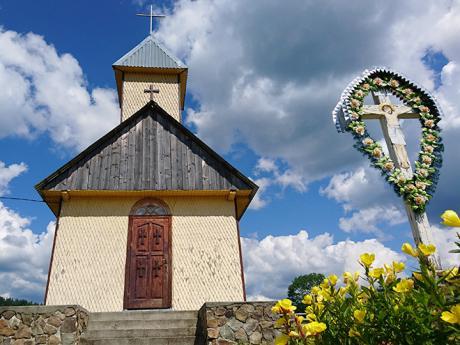 Roztomilý kostelík ve vesnici Svoboda poblíž Siněvirského jezera