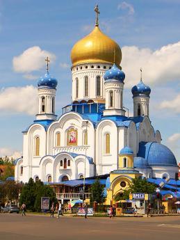 Pravoslavný chrám vUžhorodě září na dálku